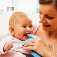tips membersihkan mulut bayi